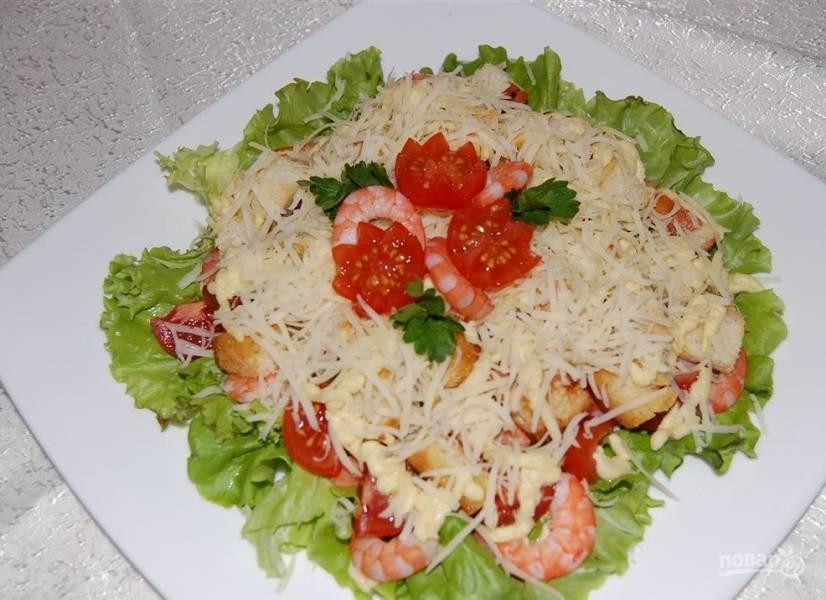 Салат с креветками и помидором