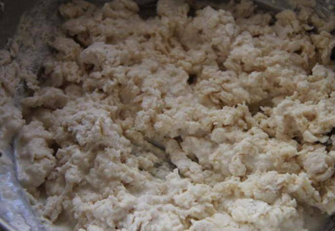 Смешайте сливки, воду, яйцо, муку и немного соли. Замесите тесто.