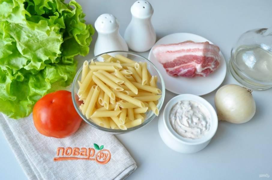 Подготовьте продукты для салата. Воду для варки макарон посолите и доведите до кипения, сварите макароны до готовности согласно инструкции на упаковке.