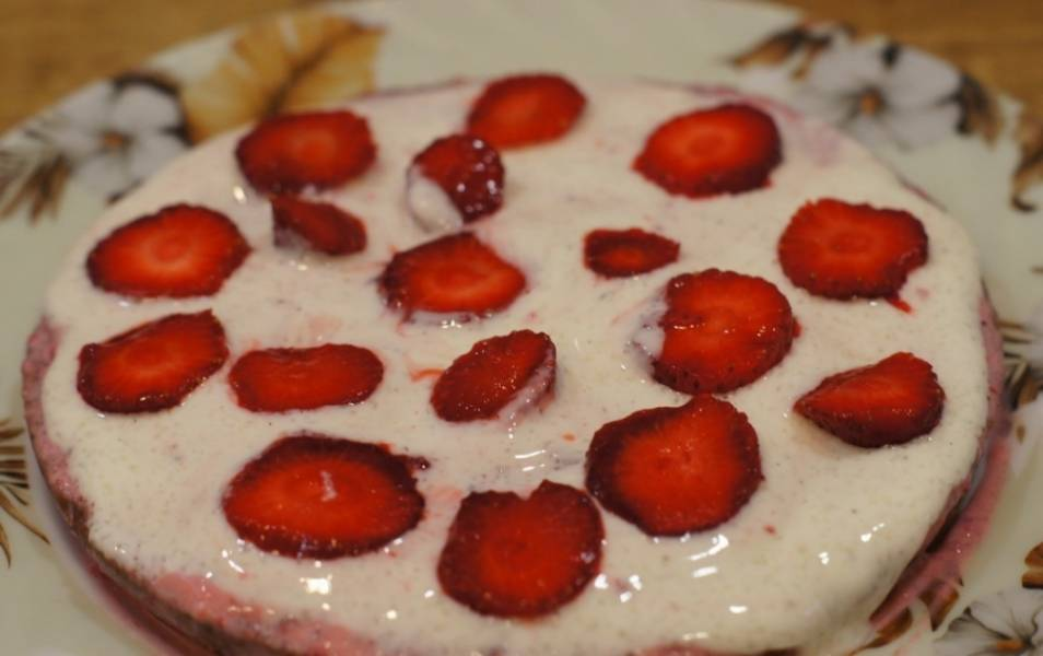 Начинаем сборку торта: каждый корж промазываем кремом. Сверху еще выкладываем клубнику.