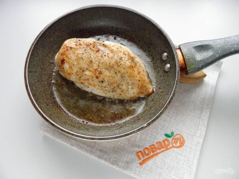 Куриное филе посолите, поперчите, обжарьте на среднем огне под крышкой с двух сторон до готовности. Снимите с огня.