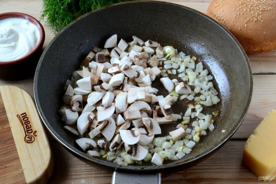 Выложите грибы вместе с луком в сковороду, добавьте немного растительного масла. Жарьте. Жидкость, выделившаяся из грибов, не испарится.
