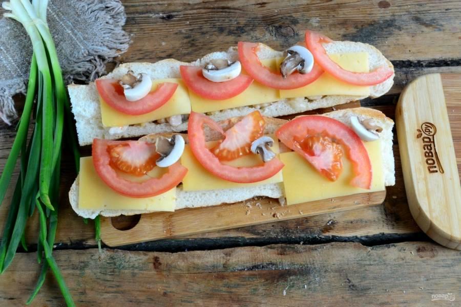 Наполните лодочки жареной курицей, сверху положите ломтики твердого сыра, ломтики помидора и кусочки грибов.