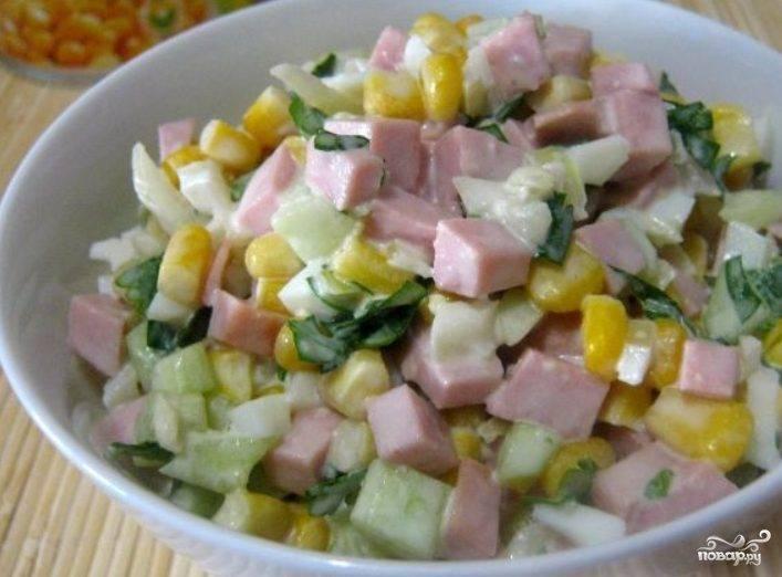 Простой салат с вареной колбасой
