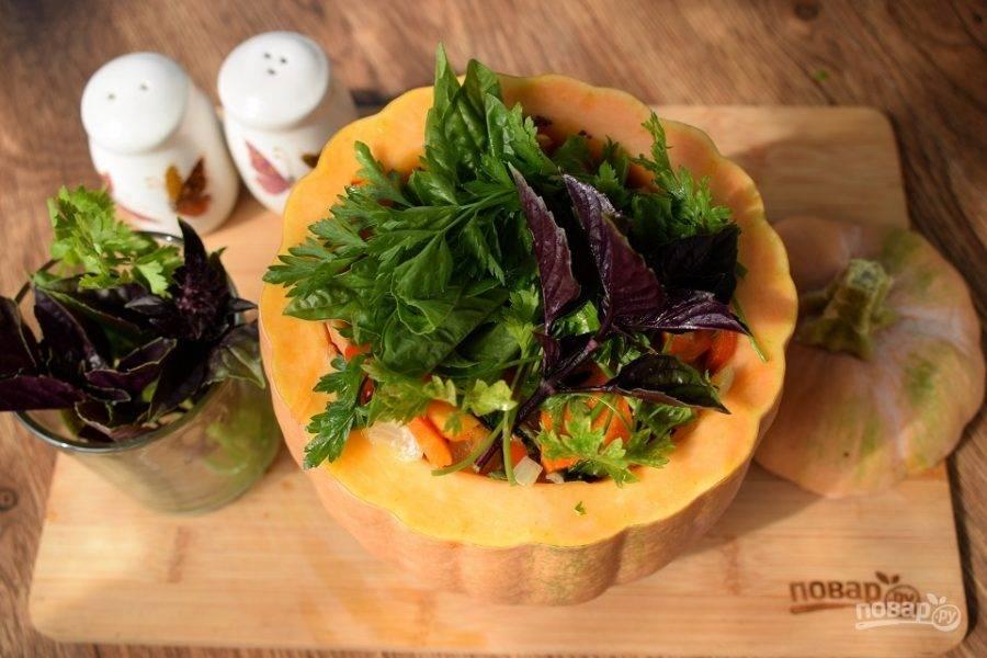 """Сверху — зелень, накройте """"крышкой"""" и поставьте запекаться в разогретую до 200 °C духовку на 1,5-2 часа."""