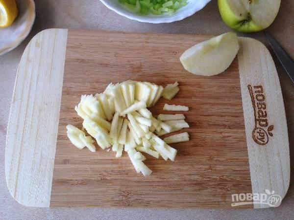 3. Яблоко очистим и нарежем соломкой. Яблоко можно использовать любое (кислое или сладкое), все зависит от вашего вкуса :)