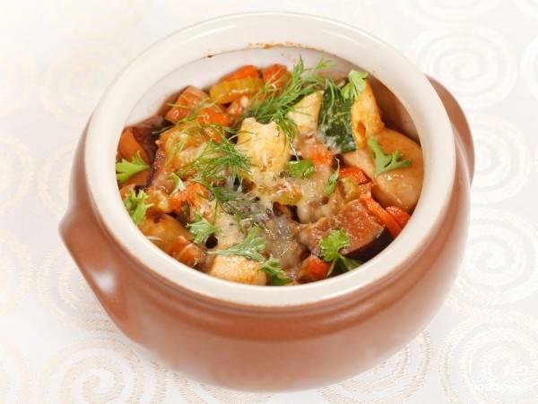 Картофель с овощами в горшочке