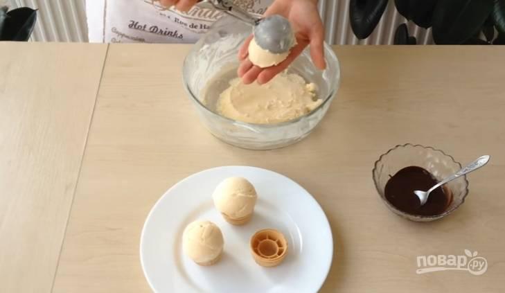 8.Черный шоколад растапливаете в микроволновой печи. Готовое мороженное подаете шариками или в вафельном стаканчике, а затем поливаете шоколадом, приятного аппетита!