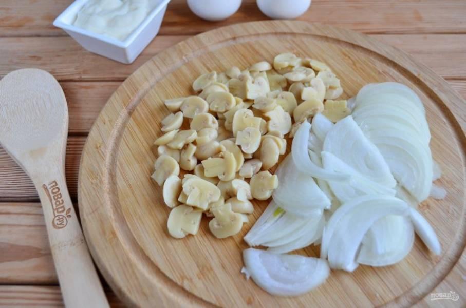 Порежьте тонко лук и грибочки. Обжарьте на растительном масле сначала лук, добавьте щепотку соли, перемешайте и бросьте грибочки. Помешивая, обжарьте грибы вместе с луком пару минут.