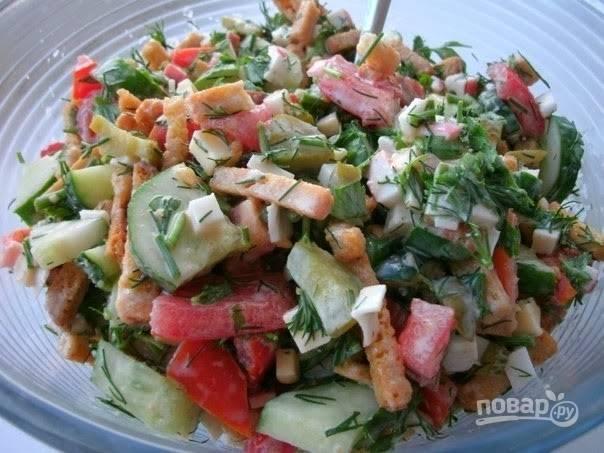 Салат с сухариками и фасолью