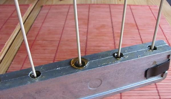 6. Если под рукой есть большие шпажки или палочки для шашлыка, то они отлично подойдут для таких конфеток.