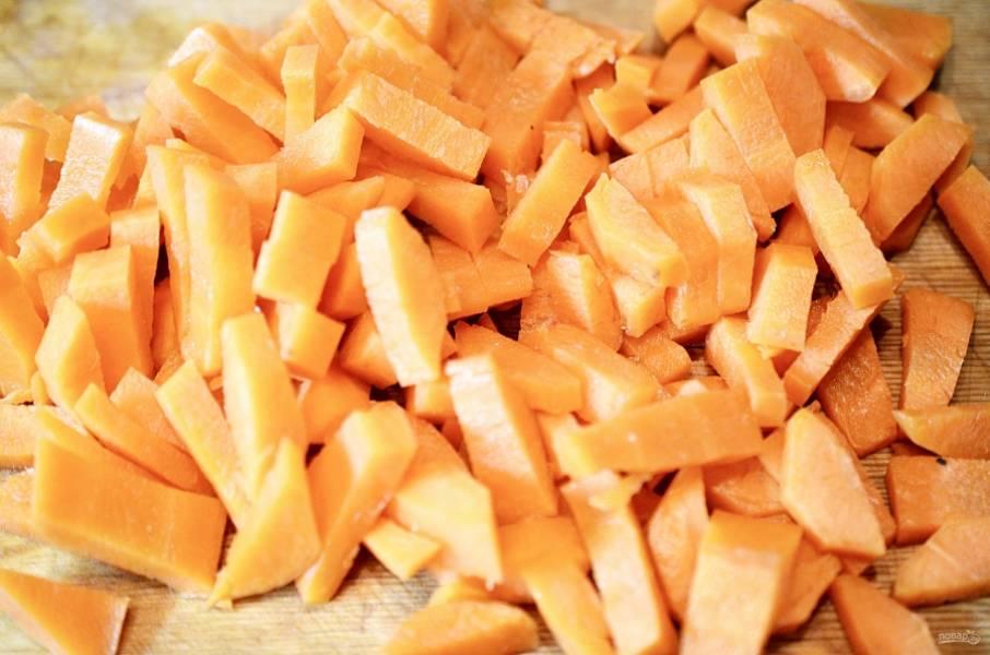 6. Морковь почистите и нарежьте брусочками.