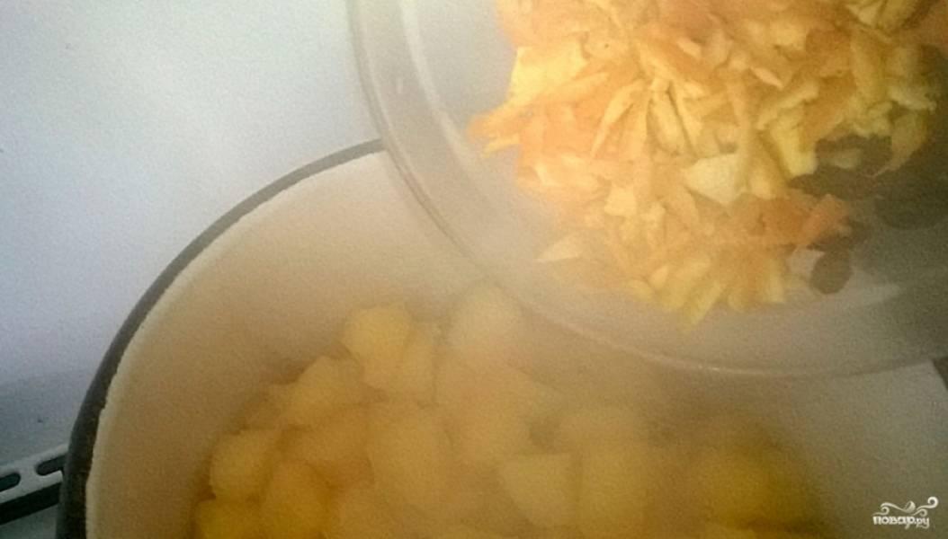 3. В последнюю очередь надо добавлять апельсины и лимоны. Их нужно тщательно промыть и веко нарезать вместе со шкуркой. Положите их в кастрюлю, а также в самом конце отправьте туда крахмал и корицу. Все хорошо перемешайте и сразу снимайте с огня.