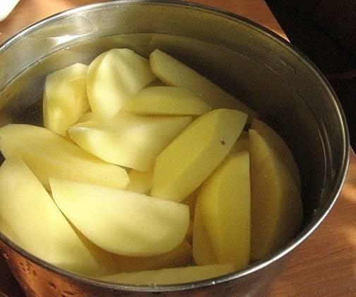 2. Картофель нужно очистить, нарезать и отправить в кастрюлю с водой. Довести до кипения, подсолить и варить до готовности. С готового картофеля слить около стакана отвара, он пригодится. Грибы вымыть, обсушить и измельчить. Отправить на сковороду с растительным маслом и жарить до готовности, поперчив и посолив.