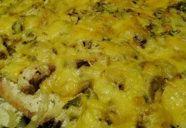9. Вот и весь простой рецепт отбивных с грибами и сыром. Осталось только аккуратно разрезать на порционные кусочки и подавать блюдо к столу с гарниром или салатом.