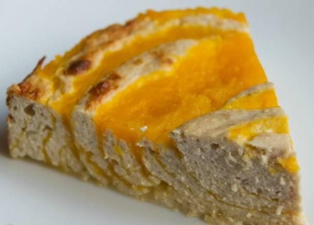 Порежьте готовую запеканку из тыквы с творогом в духовке на порционные кусочки — и подавайте к столу. Приятного аппетита!