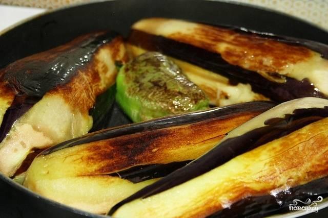Обжариваем перцы и баклажаны целиком до мягкости.