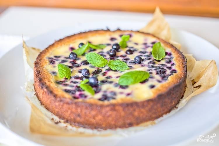 Отправьте торт выпекаться в разогретую до 200 градусов духовку на минут 15-25, время зависит от диаметра формы вашей и высоты торта. Если корж подрумянится, а начинка слегка затвердеет - значит торт готов.