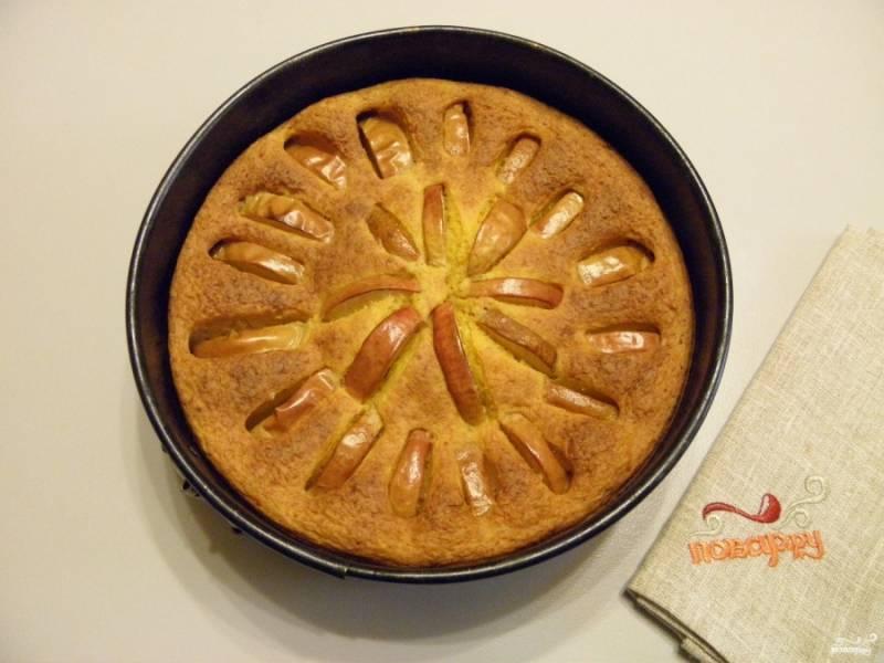 Отправьте пирог в горячую духовку на 40-45 минут, температура — 200-220 градусов. Готовность пирога проверьте зубочисткой. Тесто тянутся не должно, но и с легкостью входить как в бисквит не будет. Также о готовности вам скажет сказочный тыквенный аромат! Остудите пирог, посыпьте сахарной пудрой или полейте медом. Приятного!