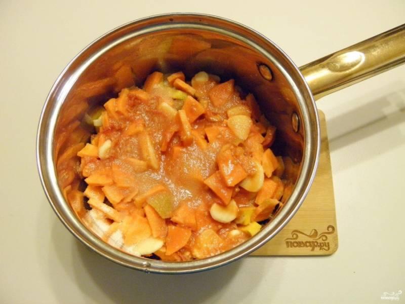 Сложите все ингредиенты салата, добавьте соль, сахар и масло растительное. Варите на медленном огне с момента закипания 40 минут. За минуту до конца варки добавьте уксус и перемешайте.