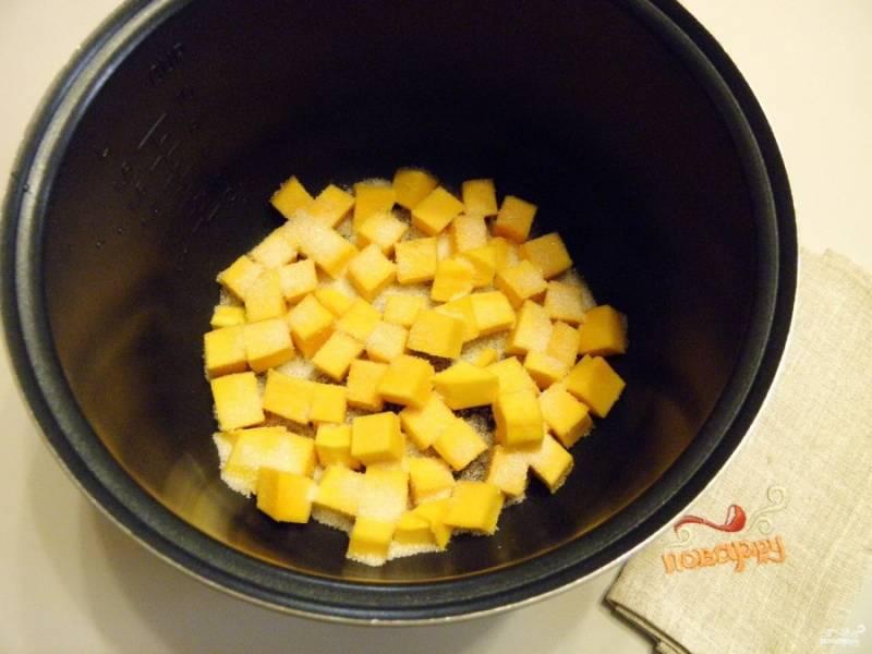 Снимите с тыквы кожуру, порежьте небольшими кусочками и сложите в чашу мультиварки. Добавьте сахар по вкусу.