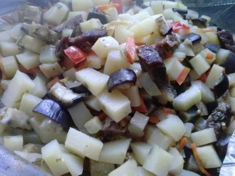 12. После запекания дайте немного овощам остыть, а уже после разрезайте пакет. Будьте осторожны: пар может привести к ожогу, поэтому разрезайте медленно и аккуратно.