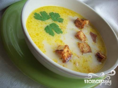 6.Натертые сырки засыпаем почти в готовый суп. Все тщательно перемешиваем, пока не растворятся сырки. Такой суп можно подать с сухариками.