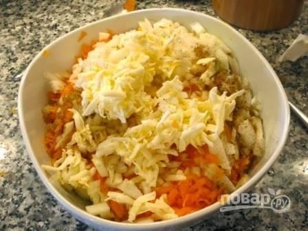 Добавляем к тыкве соль, перец, зиру, нарезанный лук и натертое на терке сливочное масло.