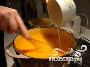 Смешать муку с 2 столовыми ложками холодной воды. Вылить в тыкву, постоянно перемешивая.