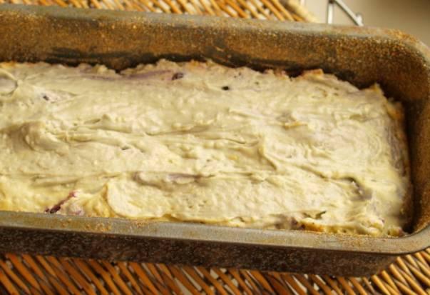 Я выпекаю кекс в прямоугольной форме, смазанной маслом. Аккуратно подмешиваем в тесто чернику и кокосовую стружку, перемешиваем. Выкладываем тесто в форму, равномерно его распределив. Выпекаем кекс в духовке 1 час, температура 180 градусов.