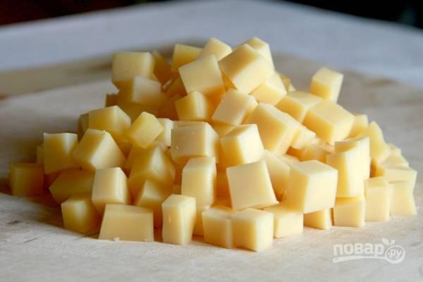 3.Твердый сыр также нарезаю небольшими кубиками.