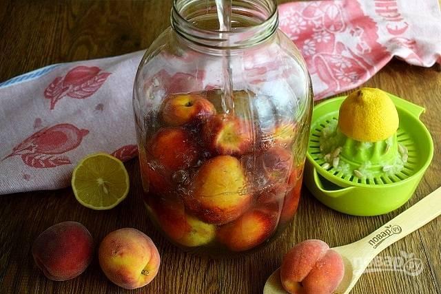Лимонный сок соедините с сахаром и водой (1 л). Размешайте до растворения сахара, залейте персики.