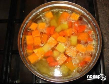 Перекладываем подготовленные овощи в кастрюлю и заливаем водой. вода должна покрывать овощи примерно на 2 см. Солим и варим до готовности.