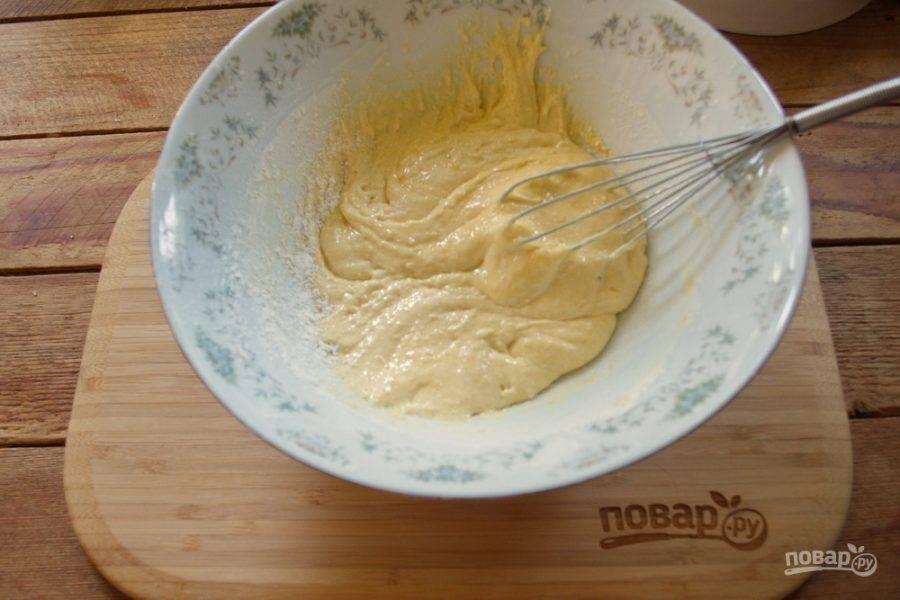 К полученной массе добавьте 0,5 чайной ложки разрыхлителя, 1 столовую ложку кукурузного или картофельного крахмала (разницы особой нет, какой крахмал выбрать), 2,5 столовые ложки пшеничной муки. Замесите тесто.
