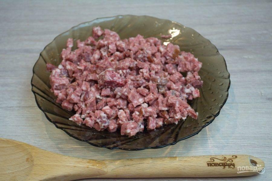 Нарежьте колбасные изделия меленько. У нас продают готовые наборы для солянки. Работа упрощается.