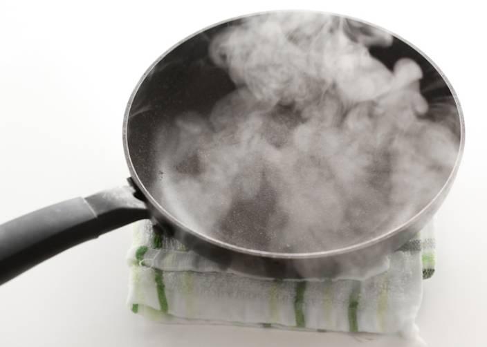 Подготовьте мокрое полотенце. Раскалите сковороду, и чтобы блин не подгорел, в течение 1-2 секунд охладите её на полотенце.