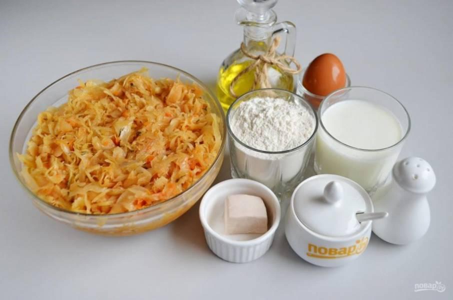 1. Подготовьте продукты согласно списку. Овощи вымойте, очистите. Капусту тонко нашинкуйте, лук порежьте полукольцами, морковь - на терочку крупную. На растительном масле обжарьте сначала лук несколько минут, потом добавьте морковь, и через 2-3 минуты положите капусту, томатную пасту, соль, перец. Тушите без крышки до мягкости всех овощей. Жидкость должна вся выпарится. В конце можно добавить зелень. Начинку оставьте остывать, перейдите к приготовлению теста.