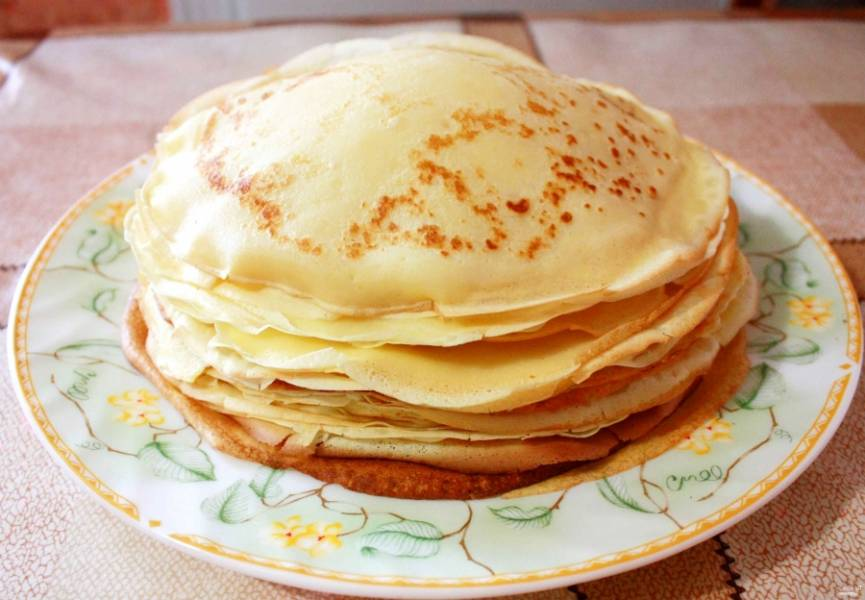 Один за другим переворачивая блин, у нас набирается такая вот стопка. Вообще тесто на блины можно готовить не только из молока. Подойдут также кефир, ряженка, сыворотка и даже картофельный отвар!