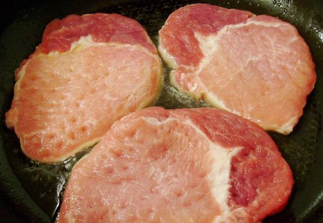 3. На сковороду налить немного растительного масла и отправить туда мясо. Обжарить отбивные на сильном огне с двух сторон, чтобы запечатать внутри все мясные соки.