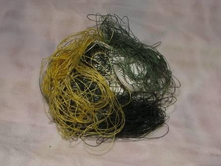 3. Комочки ниток приложить к яйцу со всех сторон. Чем больше будет разных цветов, тем ярче будет результат.