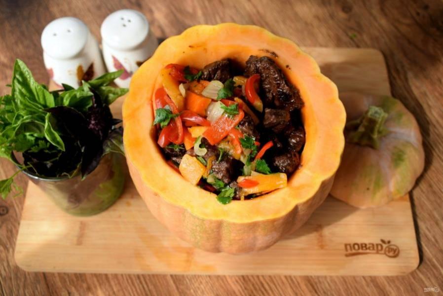 На дно тыквы положите половину жареного мяса, овощи, снова мясо.