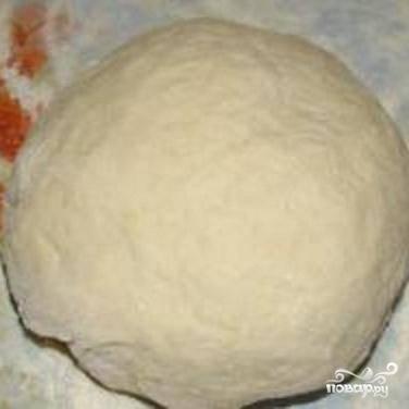 1.Чтобы приготовить тесто, мед и дрожжи надо растворить в теплой воде. Добавить туда масло, соль и просеянную муку. Тесто должно получиться мягкой консистенции. Накрыть тесто полотенцем и убрать, чтобы оно поднялось. Оно отстаивается в течение 7-8 минут. И после этого можно тесто раскатывать.