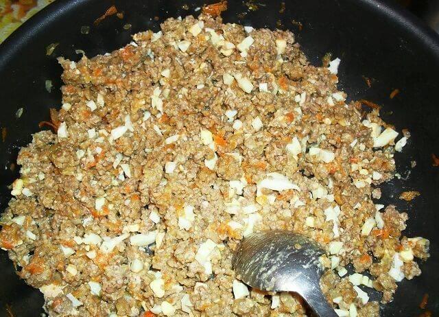 Обжариваем тертую морковку и измельченный лук, потом добавляем фарш к овощам. Когда мясо будет практически готово - добавляем измельченные вареные яйца.