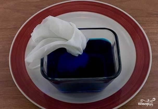 3. Подготовить емкость с разведенным пищевым красителем (для каждого цвета отдельную). Аккуратно поместить в краситель яйцо и оставить на некоторое время.