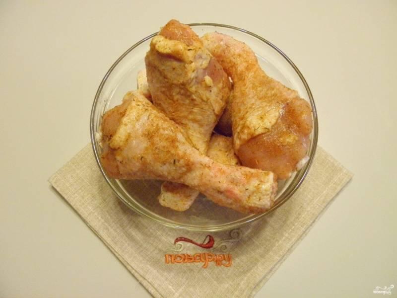 Замаринуйте ножки в соли со специями. Оставьте на 15 минут.