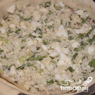 1.Яйца сварить и мелко натереть на терке. Мелко порубить  зелень, смешать с яйцами и рисом. Добавить соль и перец.