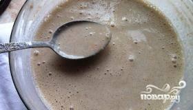 В полученную смесь добавить сначала яйца, а затем теплое молоко. Хорошо перемешать, стараясь избежать образования комочков. Должно получиться тесто с консистенцией жидкой сметаны. Добавляем растительное масло, а если тесто вышло слишком густым - немного молока.