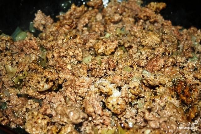 Параллельно этому, в другой сковороде тушим лук и фарш. Тушим минут 15 на среднем огне, в конце солим и перчим по вкусу.