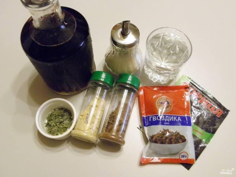 Подготовьте вино и специи, воду. Количество специй регулируйте по вкусу, как и сахар. Если любите несладкие напитки, положите только 1 столовую ложку.
