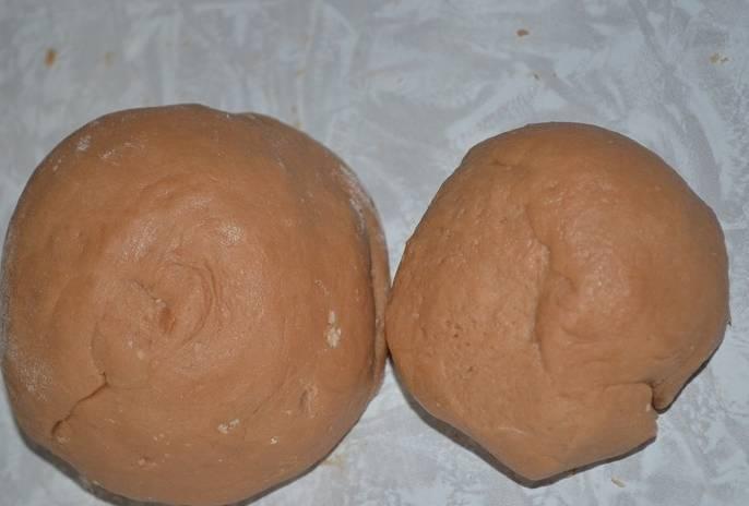 Небольшую часть теста отделяем и кладем в морозилку, остальное тесто помещаем в холодильник.